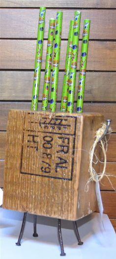 Portalapices realizado reutilizando tacos de pallets. Son de pinotea y tiene patitas y bracitos reutilizando los clavos de descarte. En la parte superior tiene agujeros para introducir los lapices, fibras o lapiceras. En los bracitos se pueden colgar banditas elásticas. Capacidad 6 lapices.