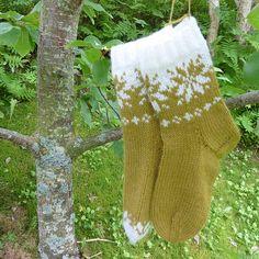 Ravelry: Septemberfot sokker / Septemberfoot socks pattern by MaBe Knitting Socks, Hand Knitting, Knit Socks, Baby Socks, Christmas Knitting, Mittens, Ravelry, Christmas Stockings, Knitwear