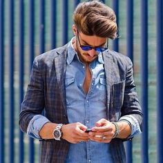 Heb je dat al eens geprobeerd? je overhemd oprollen over je colbert. wel heel casual en creatief maar als het je stijl is zeker onderscheidend