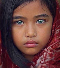 Afghane au yeux vert  | via Facebook