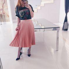 look saia midi pink millenium blusa de manda scarpin