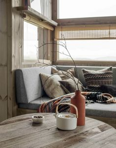 Matchstick blinds for privacy without completely obscuring a view Scandinavian Interior, Modern Interior, Interior Architecture, Interior Design, Home Living Room, Living Spaces, Rustic Salon, Living Magazine, Log Homes