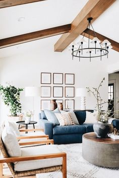 Classic living room design with large pendant light and plen Living Room Sectional, Home Living Room, Living Room Designs, Living Room Furniture, Living Room Decor, Living Spaces, Bedroom Decor, 50s Bedroom, Raw Furniture