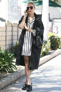 ¿NADA QUE PONERTE? Un vestido camisero de inspiración marinera, unos zuecos de tacón y un bolso tipo saco, como Chloë Sevigny. Porque los viernes son sencillamente especiales.