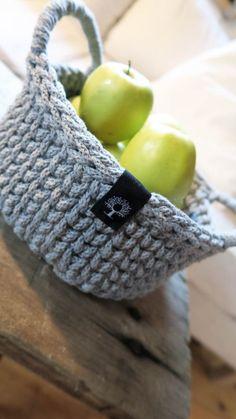 Rękodzieło Siedliska na Wygonie. Koszyk z bawełnianego sznurka ręcznie zrobiony na szydełku. Idealny do przechowywania różnych drobiazgów. Wyjątkowy i niepowtarzalny będzie piękną ozdobą każdego wnętrza. Dostępny w różnych kolorach. #koszyk #kosz #sznurek #szary #bawełniany #sznurka #rękodzieło #manufaktura #nawygonie #szydełko #szydełku #naszydełku #dziany #dziergany #robione #ręcznie #handmade #diy #basket #crochet #crocheting #grey #scandi #chunky #bulky #cotton #rope #madeinpoland