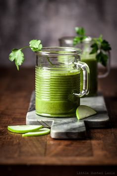 Heavy Metal Detox Green Smoothie Recipe | Little Rusted Ladle | #detoxsmoothie #foodphotography #healthysmoothie
