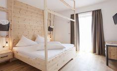 Die neuen Zimmer und Chalets des Pennhofs bestehen aus naturbelassenen Materialien. Im Bio Hotel bei Brixen erleben Sie Biourlaub vom Feinsten.