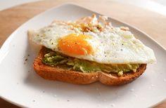 Eén van mijn favoriete ontbijtjes: Toast met avocado en ei – Foodaholic