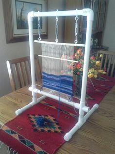 Rag rug loom -> PVC pipe to make frame to make rag rugs Navajo Weaving, Weaving Art, Weaving Patterns, Loom Weaving, Hand Weaving, Pvc Pipe Projects, Weaving Projects, Pvc Pipe Crafts, Tapetes Diy