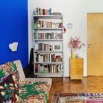 cor na parede no tapete na manta sobre o sof alm dos tons alegres o canto de leitura aconchegante desse ap foi equipado com uma daquelas estantes de escritrio simples e charmosas adoramos a ideia  decorao todacasatemumahistoria paredecolorida foto registrodediaadia