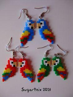 Pendientes colgantes de loritos en hama mini. Si te gusta puedes adquirirlo en nuestra tienda on-line: http://www.mistertrufa.net/sugarshop/ Ver más en: http://mistertrufa.net/librecreacion/groups/hama-beads/