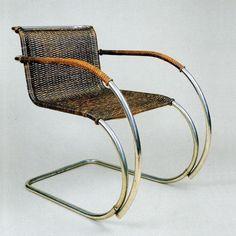 Ludwig Mies van der Rohe met MR20 uit 1927. MR20 is ook een buisstoel zonder achterpoten.