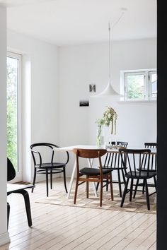 my scandinavian home: Mix and match dining room in the beautifully pared-back Norwegian hillside home of Ask og Eng #diningroom #mixandmatch #norwegianhome