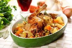 Królik z warzywami  duszony w czerwonym winie Thai Red Curry, Lunch, Chicken, Meat, Ethnic Recipes, Food, Eat Lunch, Essen, Meals