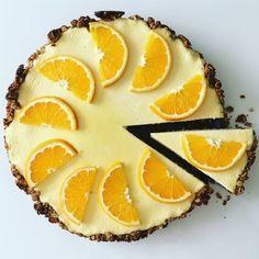 Pomarančový cheesecake  Korpus: -hrnček ovsených vločiek -hrnček celozrnej múky -pol hrnčeka rozdrvených orevchov(vlašské a mandle) -pol hrnčeka trstinového cukru -1 lyžička kypriaceho prášku -125g masla -2 lyžičky medu Plnka: -500g jemného tvarohu -200g kyslej smotany -3 vajíčka -2 lyžičky pomarančového sirupu Postup: 1.Suchá časť: spolu zmiešame vločky, múku, orechy, cukor a kypriaci prášok 2.Rozpustíme si maslo s medom a tekutú hmotu prilejeme k suchej časti a poriadne premiešame... Cheesecake Recipes, Cheesecakes, Pineapple, Muffins, Good Food, Food And Drink, Low Carb, Sweets, Fruit