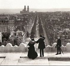 PARIS - 1800-1940 View from the Arc de Triomphe on Avenue Kleber, 1900. It rises. Exactly on the line, which connects the Louvre to the Arc of large Défense, the Arc de Triomphe towers over the Champs Elysees and protects the flame on the tomb of the Unknown Soldier.