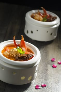 The much-loved Sichuan dishes are returning to Man Wah at Mandarin Oriental, Hong Kong. 番茄羊肚菌煮深海蟹拑 Crab claw, morel mushroom, tomato
