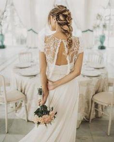Novia romántica de Panambi. Más en www.bridalada.com  #novia #bride #elegante #romantica #bridalada #bridal #boda #vestido #ramo #tiara #trenza