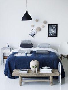 chambre blanche bleu marine bois clair
