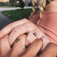 Couples finger tattoos, small tattoos on finger, tiny heart tattoos, couple tattoo heart Mini Tattoos, Small Heart Tattoos, Love Tattoos, Beautiful Tattoos, Small Friendship Tattoos, Tattoo Small, Couple Tattoo Heart, Small Couple Tattoos, Couple Tattoo Ideas