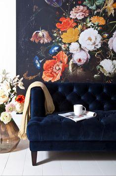 Bankstel Vogue van het merk Eleonora is een prachtige klassieke bank in een modern jasje. De bank is leverbaar in de kleuren: oker geel, groen, blauw en grijs. Blue Velvet Sofa, Interior And Exterior, Interior Design, Vintage Interiors, I Wallpaper, Home Decor Inspiration, Love Seat, Wall Murals, Couch