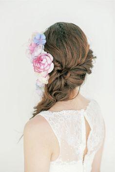 松本ヘアの真骨頂!生花をたっぷり飾ったサイドダウンスタイル/Back ヘアメイクカタログ ザ・ウエディング