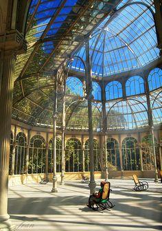 El Palacio de Cristal del Retiro es una estructura de metal y cristal situado en los Parque del Retiro de Madrid. Fue construido en 1887 con motivo de la Exposición de las Islas Filipinas, celebrada ese mismo año. Spain