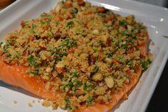 Laks, der endnu ikke er bagt, med topping af rasp, mandel, basilikum og citron
