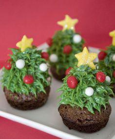 毎年クリスマスが近づいてくると街にケーキやデコレーション、クリスマスツリーが溢れます。出来たら自宅にもツリーを用意して気分を盛り上げたいなぁ、と思うところですが、いかんせん準備も片付けも面倒くさいし、それに場所もとる…そんなものぐさだけどクリスマスを楽しみたい!という方に、テーブルの上でクリスマス気分を盛り上げられるかわいい「クリスマスツリーブラウニー」のレシピをご紹介します♫