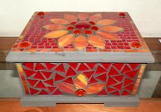 Discover thousands of images about Decorative mosaic box por NeelkesNiche en Etsy Mosaic Vase, Mosaic Diy, Mosaic Crafts, Mosaic Projects, Mosaic Tiles, Craft Projects, Glass Jewelry Box, Jewellery Boxes, Mosaic Furniture