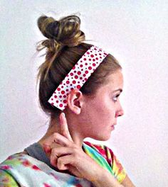No-slip Headband: This headband tutorial requires an average level of skill with the sewing machine. These headbands really stay on your head without being too tight and the size can be adjusted. Caddy Bag, No Slip Headbands, Headband Tutorial, Ribbon Wrap, Velvet Ribbon, Hair Clips, Sewing, Hair Rods, Dressmaking