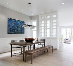 salle à manger moderne en blanc et mobilier en bois rétro