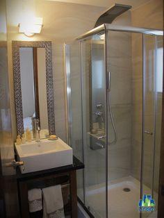 Mármol en #baños y canceles de cristal.