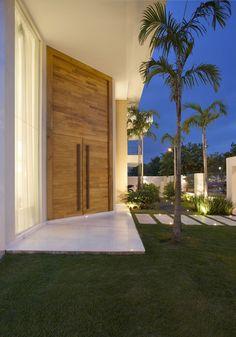 Casa com pé direito duplo - confira detalhes da porta de entrada e área de churrasco/lazer!