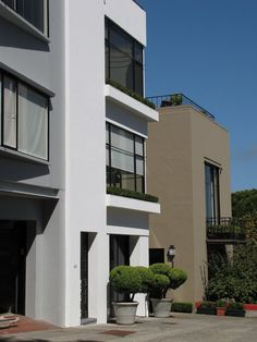 These houses sporting a modern look can be found on the ascent to Coit Tower. San Francisco Architecture, Interior Architecture, International Style Architecture, Multi Story Building, Tower, Houses, Mansions, House Styles, Home Decor