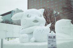 Le Yuki matsuri de Sapporo se termine aujourd'hui ! Avez vous pu admiré les statues de neige et de glace ? Comme l'année dernière, il y avait une fresque géante de Final Fantasy, mais encore bien plus de sculptures à découvrir : d'une reproduction de la façade de la cathédrale de Stockholm aux licornes de glaces à Susukino, ce festival est vraiment une expérience unique au Japon et dans le monde.   Pikachu de neige à Sapporo, Hokkaido, Japon Festival de la neige, snow fest