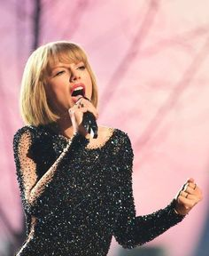 Sharing a new gram // Taylor performed Out of the Woods in the #GRAMMYs 2016 #taylorswiftupdates - - - #taylorswift #taylor #swift #swifties #swiftie#1989#shakeitoff#1989worldtour#the1989worldtour @taylorswift @taylornation by official.taylor.swift