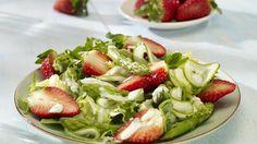 Erdbeeren lassen sich auch wunderbar zu herzhaften Gerichten kombinieren: Wie wäre es denn mit einem Salat aus Spargel, Erdberen und Gurke?