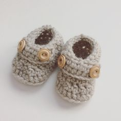 Little crochet baby booties. Etsy shop: DiorLauryn