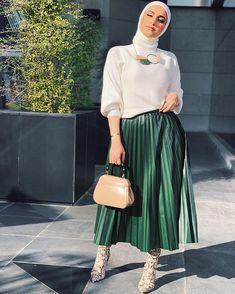 style hijab remaja rok plisket & style rok plisket hijab _ style hijab casual rok plisket _ style hijab remaja rok plisket _ ootd hijab style rok plisket _ style hijab dengan rok plisket _ style rok plisket hitam hijab _ style rok plisket non hijab Ootd Hijab, Casual Style Hijab, Hijab Style Dress, Casual Hijab Outfit, Modest Dresses, Modest Outfits, Skirt Outfits, Chic Outfits, Fashion Outfits
