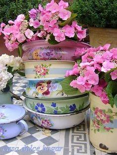 casa dulce hogar - floral enamel dishes with pink wildflowers Enamel Dishes, Enamel Cookware, Enamel Ware, Vintage Enamelware, Vintage Kitchen, French Vintage, Planting Flowers, Beautiful Flowers, Tea Pots