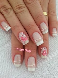White nail design in french style with little flowers - Uñas blacnas en estilo manicura francesa con pequeñas flores.