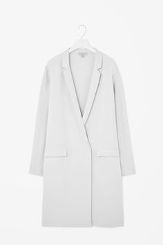 Based on the shape of a blazer, this softly tailored jacket is made from pure, unlined silk. Slightly oversized, it has slim lapels, front flap pockets and a double-breasted button fastening. Silk Duster Coat, Silk Jacket, Flattering Outfits, Facon, Minimal Fashion, Style Me, Ready To Wear, Autumn Fashion, Women Wear