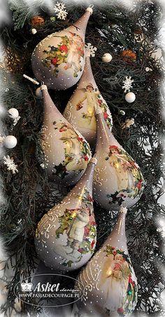 Bombki w stylu retro z tzw. White Angels i ostrokrzewem w kształcie kropli