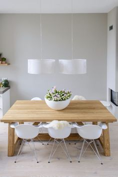 # kloostertafel # designstoel # tulpen # eettafel
