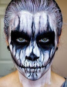 Are you looking for inspiration for your Halloween make-up? Check out the post right here for creepy Halloween makeup looks. Demon Halloween Makeup, Maquillage Halloween Zombie, Visage Halloween, Demon Makeup, Halloween Men, Scary Makeup, Halloween Looks, Halloween Skeletons, Halloween Party