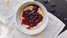 Ein gesundes, schnell gemachtes Frühstück zum Träumen: Amaranth-Porridge mit Blaubeer-Kompott und selbstgemachter Kokosmilch. Und das vegan und zuckerfrei!