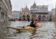Acqua alta a una donna in kayak in piazza San Marco Natural Phenomena, New Life, Kayaking, Boat, City, World, Places, Nature, Italia