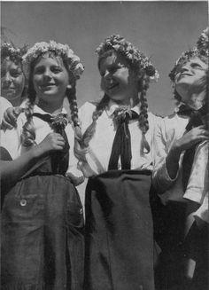 So feiert des deutsche Volk den 1. Mai, den Nationalen Feiertag des deutschen Volkes: geschmückt mit Blumen und Fahnen, festlich angetan und frohen Mutes ehrt es Arbeiter und Arbeit.