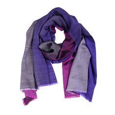 Wunderschöne Farben passend zum Frühling und Sommer. Dieser Schal ist sehr leicht und angenehm auf der Haut. Die leicht schimmernden Farben sind kräftig und elegant zugleich, je nachdem welche Seite Sie zum Vorschein bringen.  Ob klassisch als Schal oder als Schultertuch, Sie können es vielseitig kombinieren.